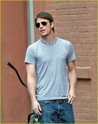 josh-hartnett-checks-rain-nyc-02[1]