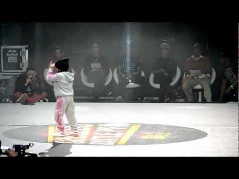 little Girl Breakdances in awesome dance Battle !