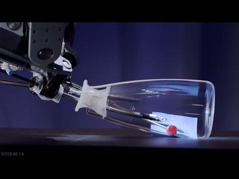 El robot cirujano Da Vinci cosiendo una uva dentro de una botella