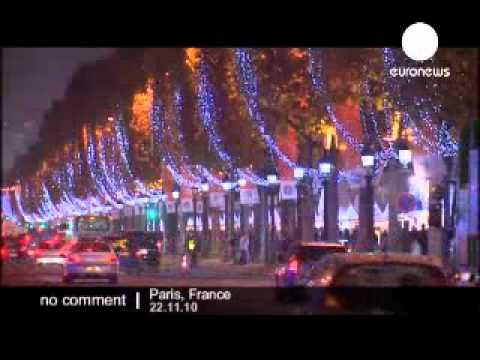 A Paris, les Champs-Elysées s'illuminent pour les fêtes de fin d'année
