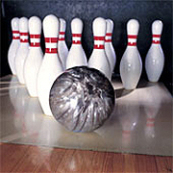 Listopadový bowling s barevnými kuželkami