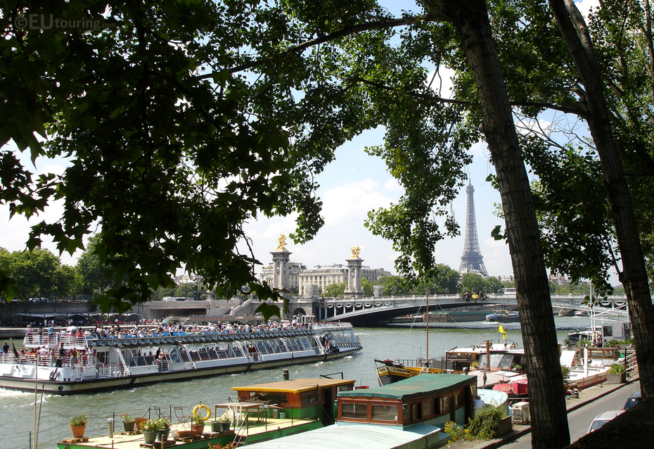 Bateaux Mouches approaching the Pont Alexandre III