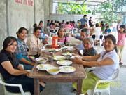 disfrutando del almuerzo mi familia, mi abuelita, mi tia y su esposo