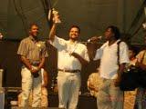 Reverendo Jardson da Missão de Pentecoste recebendo o Troféu Terça Negra pelo combate as discriminações