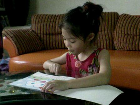 น้องจีจี้ อายุ 5 ขวบ  กว่า  อ่านนิทานเรื่อง  The little cloud