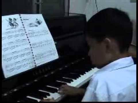 ขุนเล่นเปียโน