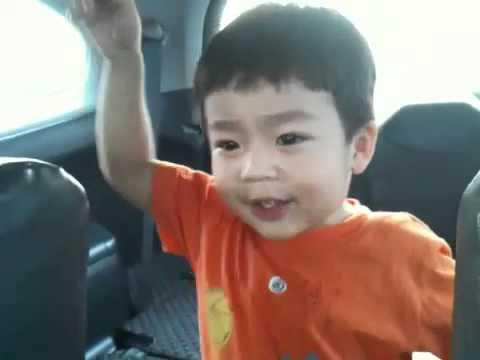 """Tonmoak sings """"the wheels on the bus"""" @2Y7M"""