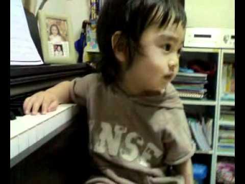 Baby love a piano.