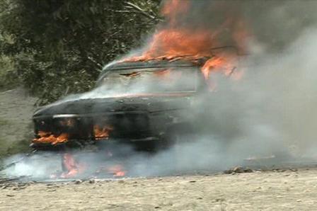 Vehiculo incinerado por Comunidad