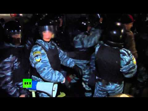 Violent video: Ukraine cops clobber anti-govt protesters with batons