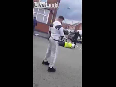 Footage shows moment traffic warden is attacked and robbed in Birmingham - video