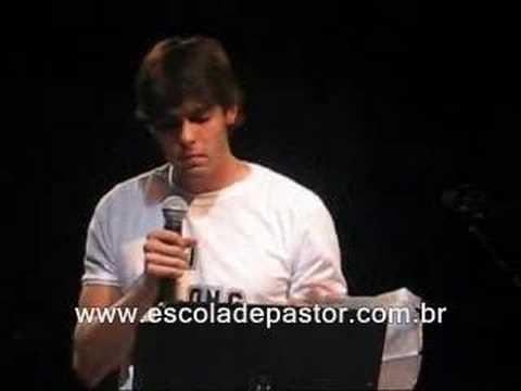 Jogador Kaká Pregando na Igreja.
