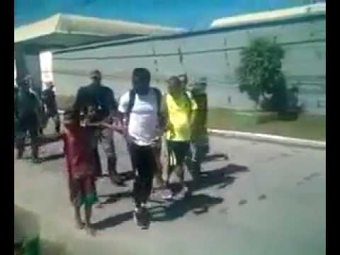 Craque de Gana, Muntari distribuiu dinheiro a moradores de comunidade carente em Maceió