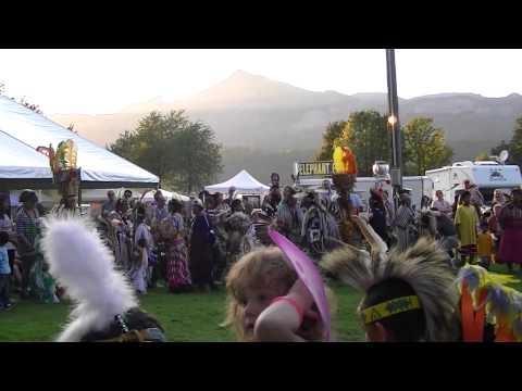chinelo Atlatlahucan con los nativos  de Oregon