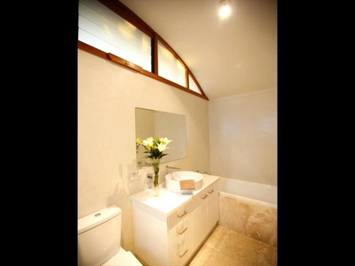 Rocky Knoll - Guest Bathroom