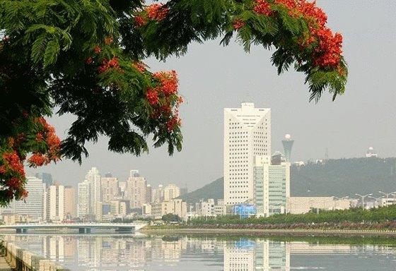 Cidade contígua a Santos/São Vicente..