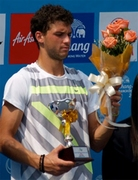 Григор Димитров с цветя и награда