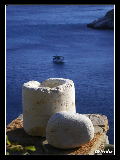 Γαλάζιο της θάλασσας και λευκό της πέτρας