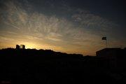 Μια σημαία λίγο σκισμένη αλλά ένα ακόμη όμορφο ηλιοβασίλεμα στον Ναό του Ποσειδώνα...