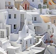 Αρχιτεκτονική ντυμένη στα λευκά στην Οία