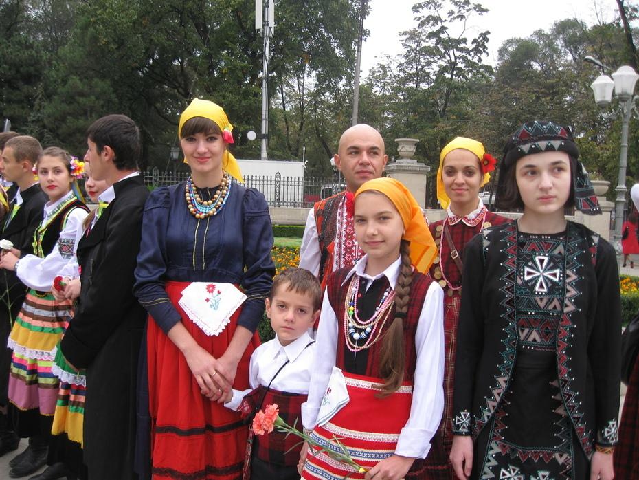 учасницити очакват началото на фестивала