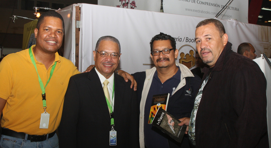 ESCRITORES CARLOS WINTER, ALBERTO CABREDO, CARLOS FONG, Y VILLA EN LA FERIA DEL LIBRO DE PANAMA