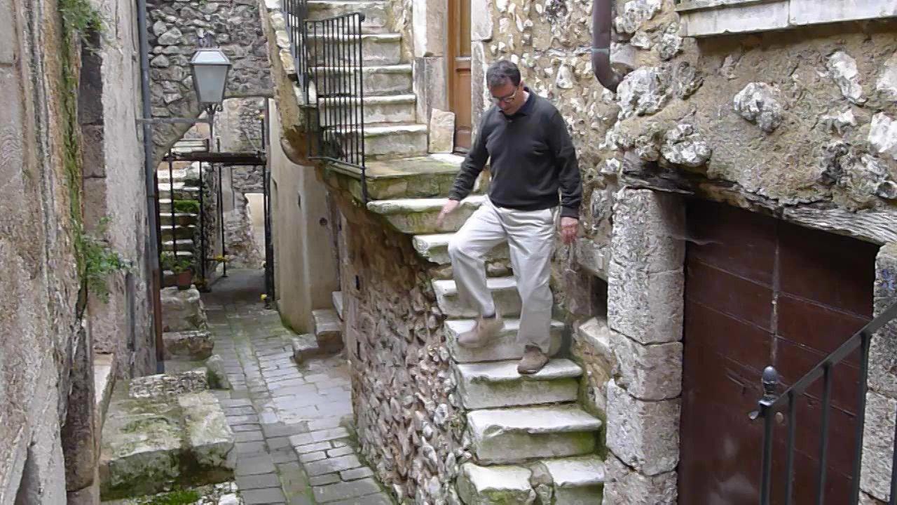 Ezio Ascending a Stair (and Descending it)