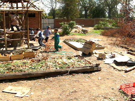 building the garden from local dumped materials / construcción del jardín a partir de materiales reusables