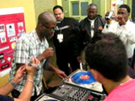 DJ SAM SMiTE teachin TURNTABLISM  (pt 1)