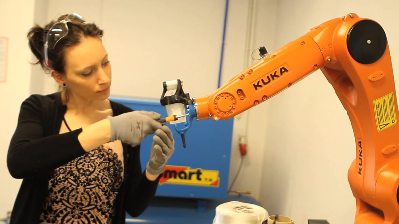 KUKA weaving with carbon fibre