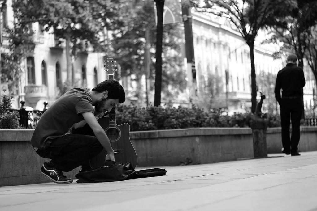 ქუჩის მუსიკოსი, ფოტოები, ქველი, ბლოგი, ქველიბლოგი, ცისიას ბლოგი, ცისია, ფოტოგრაფია, მუსიკა, ქუჩა, ქუჩის მუსიკოსი, qwelly, blog, qwellypost, qwellyblog, ქველიპოსტი, ქველიბლოგი, music, street