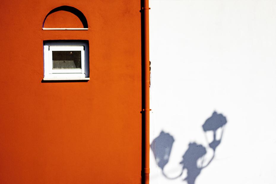 Σκιές στον άσπρο τοίχο