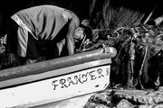 Pescador arreglando las amarras del bote.
