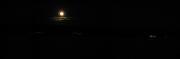 Full måne över sjön