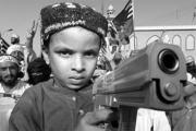 ARMAS na mão de crianças