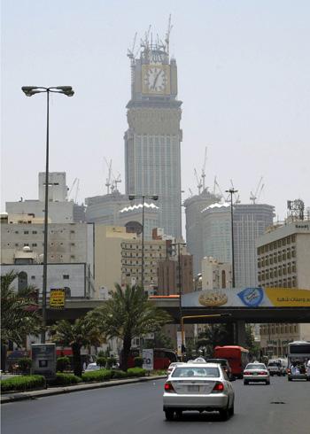 Mecca unveils giant clock