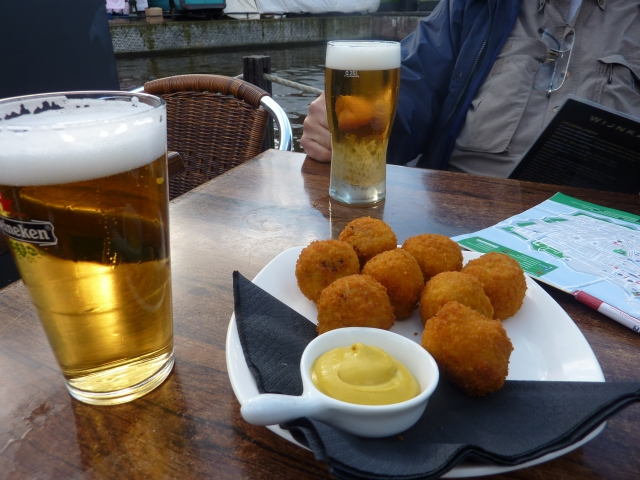 Bittenballen with mustard and beer in the afternoon down by the canal.
