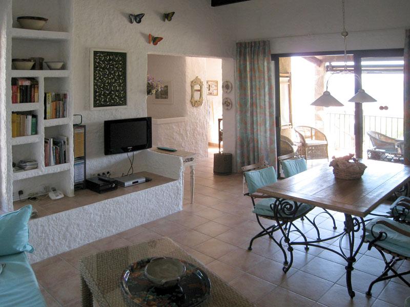 Blick von Wohnecke Richtung überdachte Terrasse und Küche