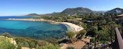 Blick von oberer Terrasse auf Bucht und Strand