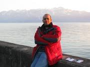Manuel Madera junto al Lago Geneva en Suiza