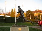 Escultura Nudista sorprendida infraganti mientras corría por Jardín del Museo Olímpico en Geneva.