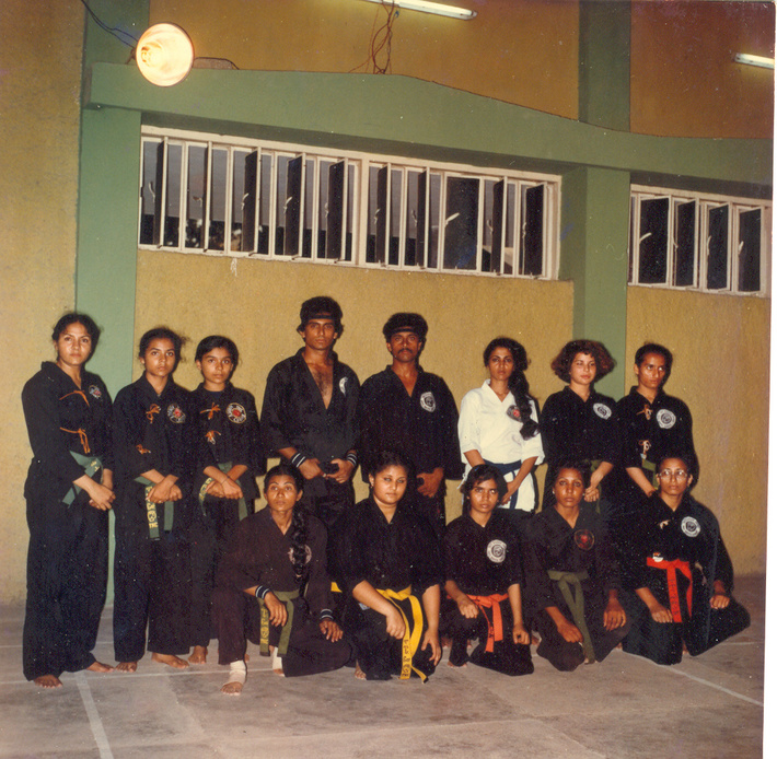 Master_Zubairi_with_his_Female_Students_1982