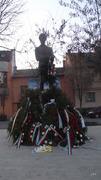 Petőfi szobor Marosvásrhelyen, koszorúkkal