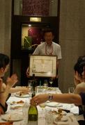 シャトーメルシャンの賞状を大切に持つ早川さん