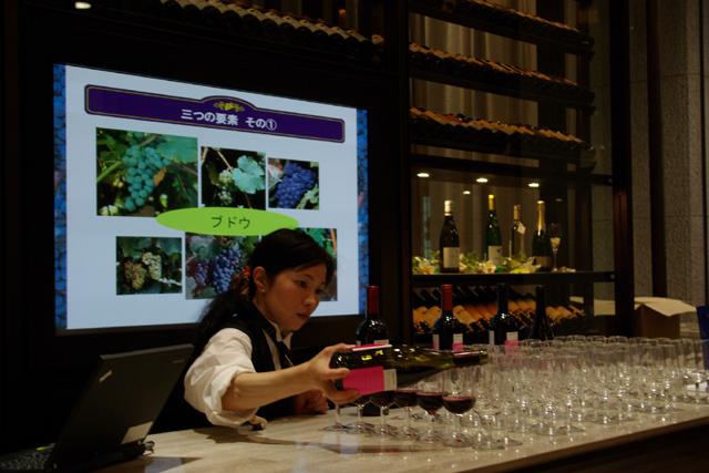 テイスティングのワインがグラスに注がれます