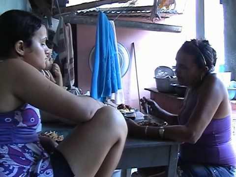 O dia-a-dia das raspadeiras de mandioca - Glória do Goitá, Pernambuco