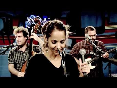 """Blubell canta """"Mão e luva"""" no Estúdio Showlivre"""