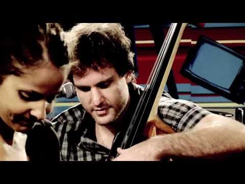 "Blubell canta ""What if"" no Estúdio Showlivre"