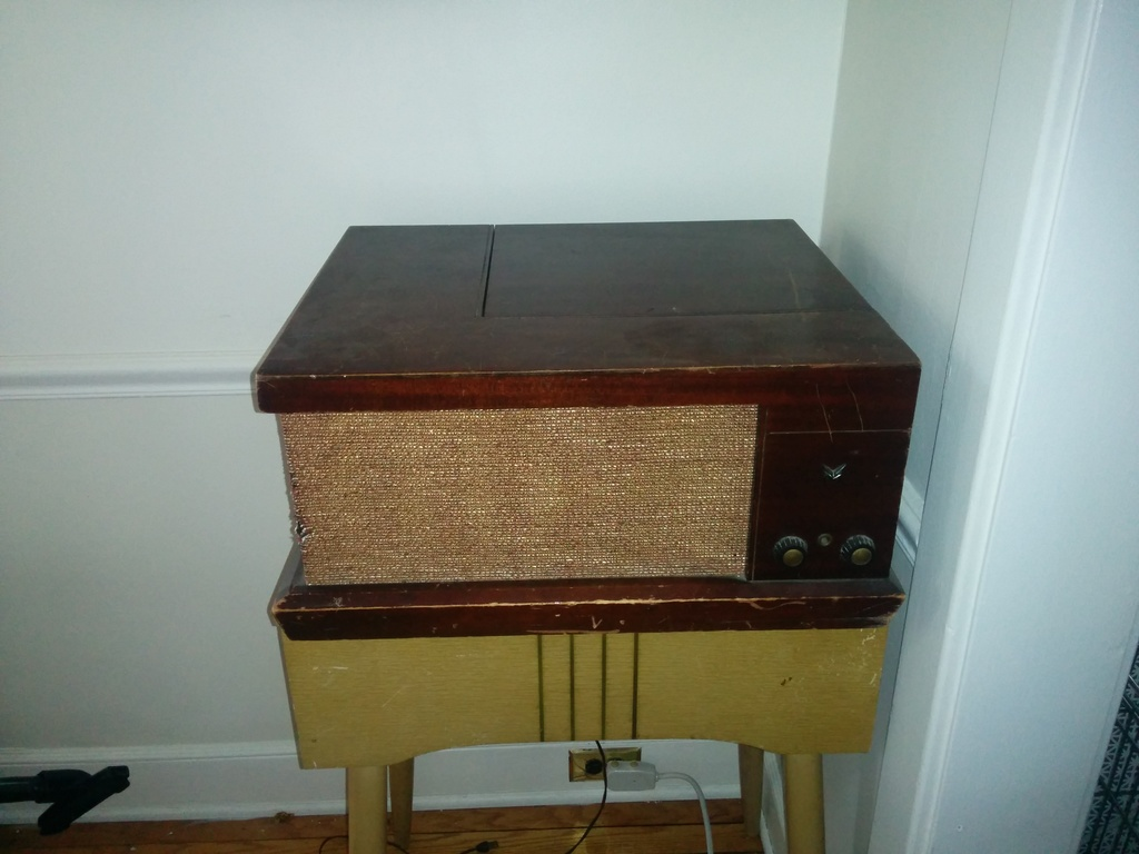 Vintage Record Player - Voice of Music Phonograph - Tube Mahagony