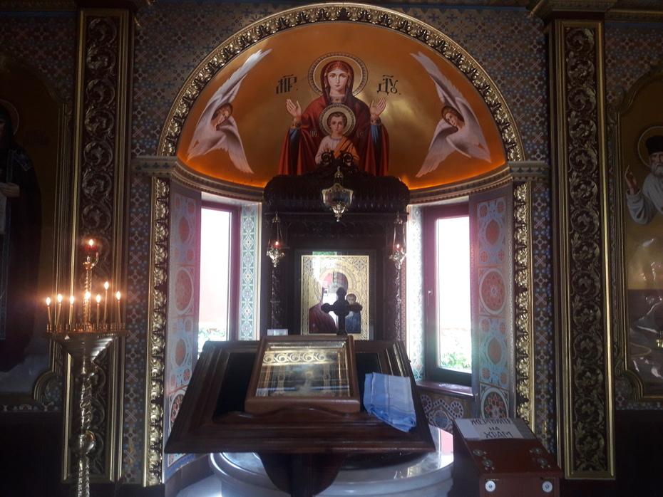 წმინდა სერაფიმ საროველის აპსიდთან